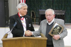 Arkansas Master Russell Anzalone (l) presents the award to Faithful Navigator Bill Welch.